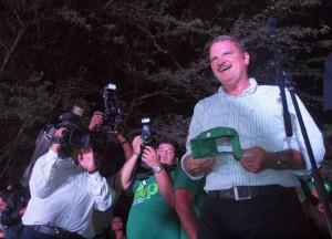 Mike Eman viert de overwinning van AVP op het partijhuis - foto: Ariën Rasmijn