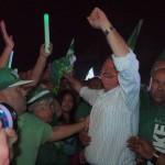 AVP-leider Mike Eman viert de verkiezingsoverwinning van temidden van zijn stemmers - foto: Ariën Rasmijn