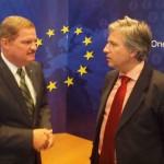 Premier Mike Eman samen met Jan Siemons in het Europe House te Sasaki - foto: Ariën Rasmijn