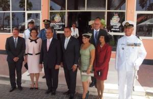 Gouverneur Refunjol (derde van rechts temidden van onder meer premier Mike Eman en Statenvoorzitter Paul  Croes. Foto: Ariën Rasmijn
