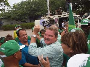 Mike Eman op weg naar de stembus van Colegio Arubano afgelopen vrijdag. Foto: Ariën Rasmijn