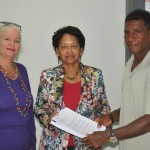 Overhandiging handtekeningen Foto OLB