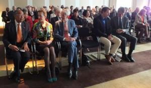 bijeenkomst Genootschap Nederland-Aruba, op eerste rij: Gilbert Wawoe, Els Plasterk, Ronald Plasterk, Jeroen Recourt, Nico van Grieken -  foto: Jamila Baaziz