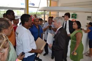 Plasterk staat vertegenwoordiger RCN-werknemers te woord - foto: Extra Bonaire