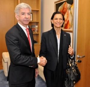 Minister Plasterk met Sarah Wescot-Williams - foto: Suzanne Koelega