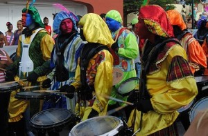 Gekleurde pieten op Curaçao (foto door Versgeperst.com)