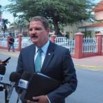 Demissionair premier Mike Eman na zijn gesprek met gouverneru Refunjol - foto: Ariën Rasmijn