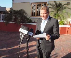 Formateur Mike Eman leest zijn lijst met ministers voor aan de pers. Foto: Ariën Rasmijn