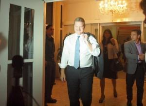 Mike Eman na het gesprek met kandidaat-ministers. Achter onder meer Michelle Hooyboer-Winklaar en beoogd minister van Volksgezondheid Alex Schwengle. Foto: Ariën Rasmijn