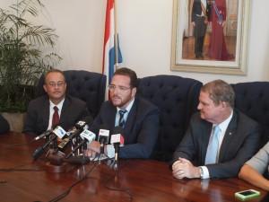 Minister Yrausquin aan het woord, links naast hem minister De Meza van Economische Zaken, rechts premier Eman. Foto: Ariën Rasmijn