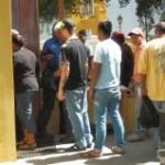 Bonairianen staan massaal in de rij bij de rechtbank - foto: Belkis Osepa