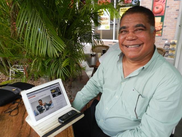 """Ramoncito Booi leest het verhaal in de NRC dat hij jarenlang is bespioneeerd op zijn laptop - foto"""" Belkis Osepa"""