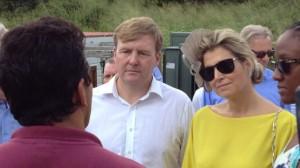 Koning en koningin luisteren aandachtig naar uitleg over ecologisch tuinieren op Saba - foto: Jean Mentens