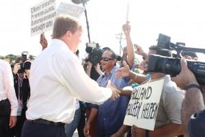 De koning praat met de demonstranten
