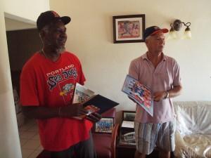 Links: Glenroy Brown, oom van Xander Bogaerts. Rechts: trainer Dolfi Werleman. Foto: Ariën Rasmijn