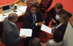 Minister Otmar Oduber (links) in overleg met AVP-fractieleider Rene Herdé, MEP-leider Evelyn Wever-Croes en ATA-directeur Ronella Tjin Asjoe-Croes. Foto: Ariën Rasmijn