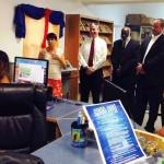 Onder meer gezaghebber Jonathan Johnson was bij de introductie van de bibliotheekkaarten - foto: Hazel Durand
