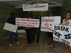 Willem-Alexander en Maxima staan demonstraties te wachten op Bonaire - foto: Belkis Osepa