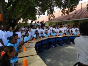 Kinderen van de Marnix zitten klaar voor hun optreden (foto: Belkis Osepa)