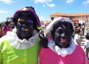 Op Aruba zijn de Pieten nog zwart, maar ze hebben de regenboog gezoend - Foto Ariën Rasmijn