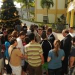 Studenten en vertegenwoordigers van St. Eustatius Medische School buiten het administratiekantoor in Philipsburg, St. Maarten - foto: The Daily Herald