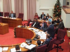 Premier Mike Eman aan het woordt tijdens het pensioendebat. Foto: Ariën Rasmijn