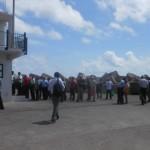 Toeristen moeten vaak lang wachten in de hete zon - foto: Hazel Durand