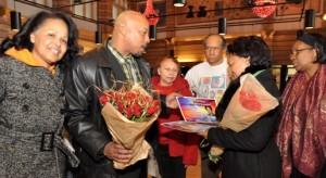 Ebert Saragoza van Stap voor Bonaire overhandigt bloemen en oorkonde aan Lydia Emerencia in Den Haag - foto: Suzanne Koelega