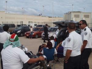 Gevangenisbewakers kijken toe terwijl gedetineerden op het dak van gevangenis KIA staan. Foto: Ariën Rasmijn