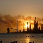 De raffinaderij van Valero, toen de schoorstenen nog rookten - foto: Ariën Rasmijn