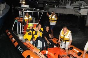 De drie passagiers worden bij Bobby's Marina in Philipsburg aan land gebracht - foto: The Daily Herald / John Halley