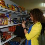 Wassila Hachchi koopt snoepwaren voor haar verjaardag - foto: Belkis Osepa