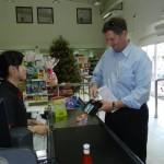 Bosman koopt een aantal producten in een chinese supermarkt in Kralendijk - foto: Belkis Osepa