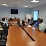 Chris Johnson in discussie over het nieuwe elektriciteitsbedrijf voor Saba - foto: Government Information Service