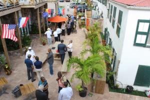 Kamerleden in gesprek met bewoners van Saba - foto: Hazel Durand