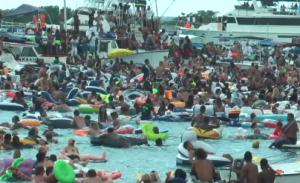 Bezoekers die geen boot hebben. laten het meeste afval achter - foto: Elisa Koek