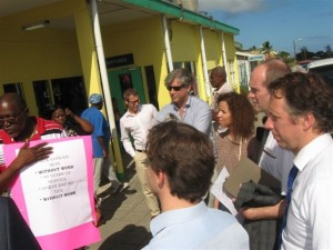 Protesterende postbeambte Eardley Woodley spreekt met parlementsleden - foto: The Daily Herald / Althea Merkman