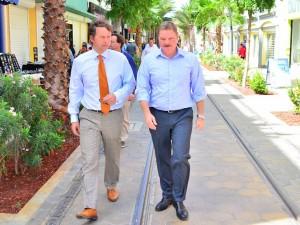 Commissievoorzitter Jeroen Recourt in de Caya Betico Croes samen met premier Eman. Foto: Bureau Voorlichting