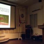 Medisch Entomoloog Sandra Morena-Reyes tijdens haar presentatie - foto: Hazel Durand