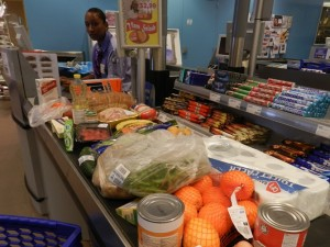 Boodschappen bij Van den Tweel Supermarket - foto: Belkis Osepa