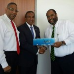 Giovanni Atalita, president van AVA Curacao BV, minister Stanley Palm en voorzitter Olivier Arrindell van AVA Airways - foto: Anneke Polak