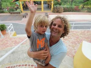 Micky de Rooij samen met zijn vader Gijs.