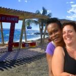 Maureen Niles (l) met Sofia Saveedra Bruno bij de nieuwe chillplek in Nieuw Nederland - foto: Dick Drayer