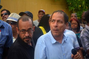 Eldon Sulvaran (l) en Chester Peterson tijdens een demonstratie tegen de Orde van Advocaten in februari