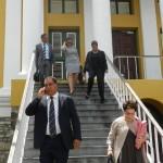 Ramonsito Booi en het echtpaar Burney en Ginia El Hage bij de rechtbank - foto: Belkis Osepa
