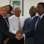 Gebe-directeur Ronny Maduro, Raymond Jessurun, Minister Lake en Kelvin Bloyden )v.l.n.r.) slaan de handen ineen voor de seniorenkorting - foto Today / Hilbert Haar