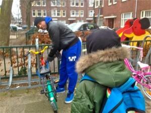 Wenner Regales brengt z'n zoontje naar school - foto: Sam Jones Productions