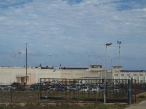 Gevangenis KIA heeft enkele maanden terug nog te kampen gehad met een opstand waarbij gevangenen het dak opgingen. Foto: Ariën Rasmijn
