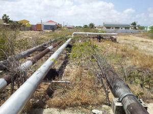 Deel van de twaalf kilometer lange asbest buis achter Kukwisa kleuterschool in Pos Chiquito. Foto: Ariën Rasmijn