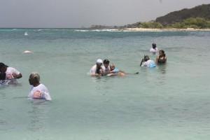 Vrijwilligers van Cura Doet nemen blinden en slechtzienden mee naar het strand - foto: Anneke Polak